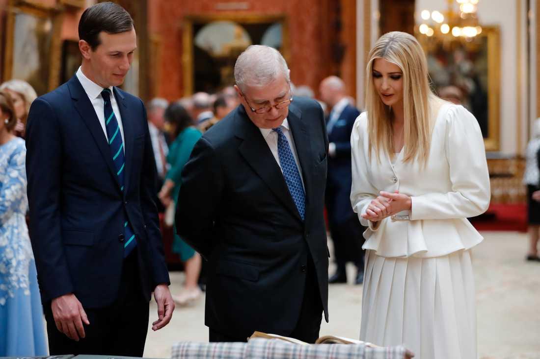 Prins Andrew (mitten) visar runt USA:s presidentrådgivare Jared Kushner och hustrun Ivanka Trump under det pågående amerikanska statsbesöket i London.