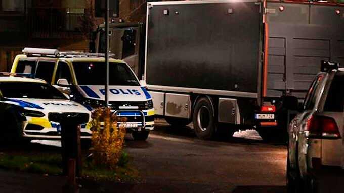 Fem poliser och bombgruppen är på plats.