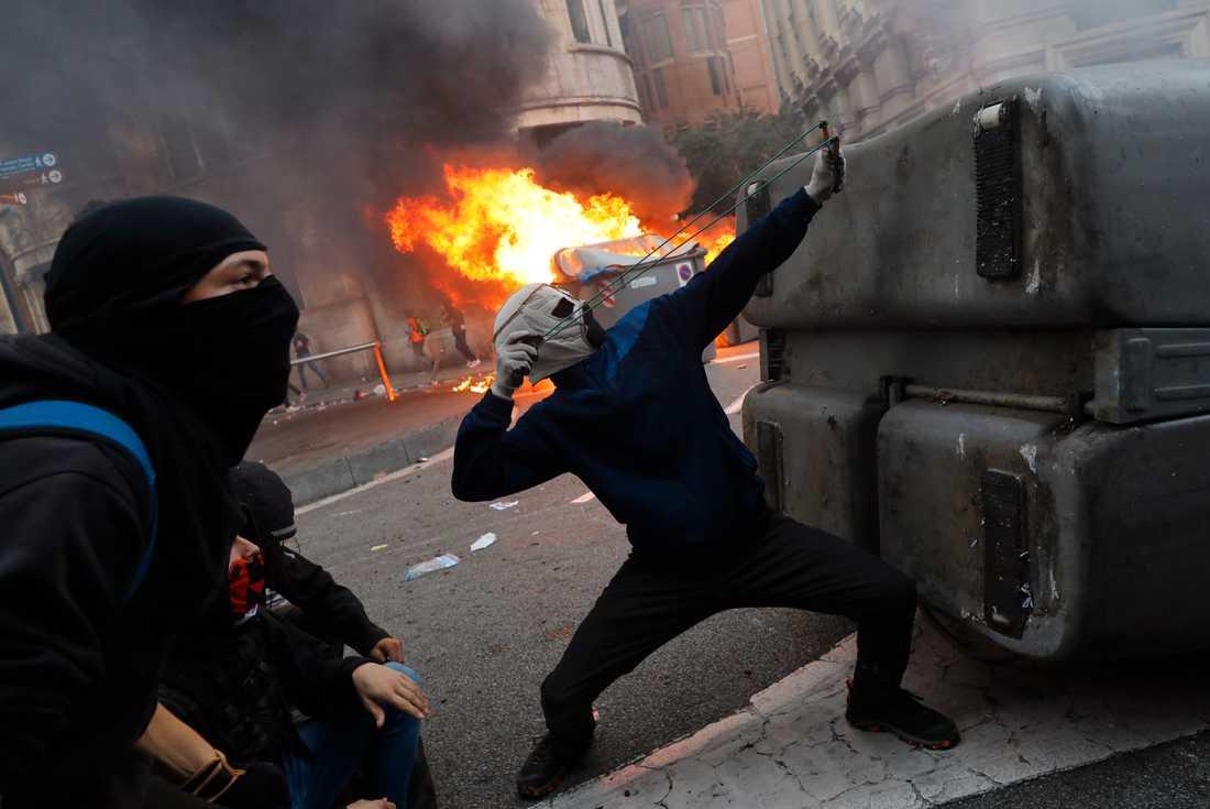 Den stora demonstrationen var lugn, men på ett annat ställe i centrala Barcelona kastade maskerade demonstranter sten mot polisen.