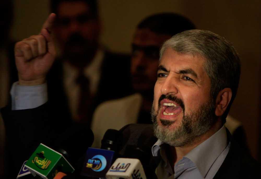 """Hamasledaren, Khaled Meshal, avvisar alla hittills framlagda förslag till vapenvila eftersom han anser dem gynna Israel. Meshal kräver att blockaden av Gaza hävs. I en intervju med BBC säger han att Gazas invånare """"straffas med en långsam död i världens största fängelse""""."""